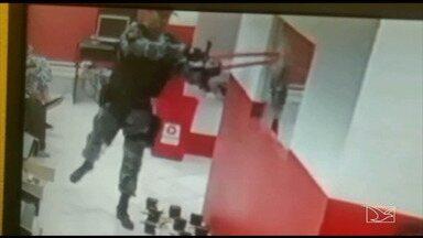 Policiais que aparecem em vídeo destruindo casa clandestina de jogos são afastados - Vídeos da câmera de segurança da casa mostraram quatro PMs quebrando objetos, lançando explosivos e atirando contra o imóvel.