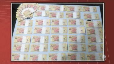 Homem é preso com 59 notas falsas de R$ 20, no sul do estado - Ele foi preso em flagrante enquanto tentava pagar uma compra, em Itamaraju.