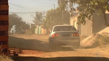 Moradores reclamam que lutam há 40 anos por asfalto em ruas de Aparecida de Goiânia - Comunidade do Setor Bandeirantes afirma que várias pessoas adoecem por causa do excesso de poeira.