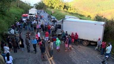 Acidente entre dois caminhões e um carro deixa um morto na BR-262, em Viana, ES - A Polícia Rodoviária Federal (PRF-ES) foi até o local controlar o trânsito, que foi interditado nos dois sentidos da via, para esperar a chegada da perícia.