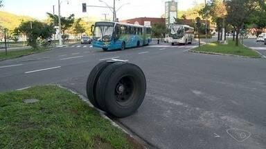 Roda de ônibus se solta e atinge carro de passeio, em Vitória - A Guarda Municipal foi até o local e disse que o coletivo seguia no sentido Serra e o carro de passeio, no sentido Centro, quando a roda se soltou.