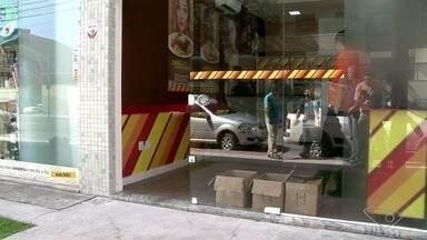Duas lojas são arrombadas durante a madrugada, em Vila Velha, ES - Câmeras de segurança registraram que o intervalo entre um crime e outro foi de poucos minutos.