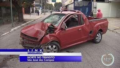 Jovem de 19 anos morre e quatro ficam feridos em acidente em São José - No momento do acidente havia duas pessoas na cabine do carro e três na caçamba, sendo dois homens e uma mulher.
