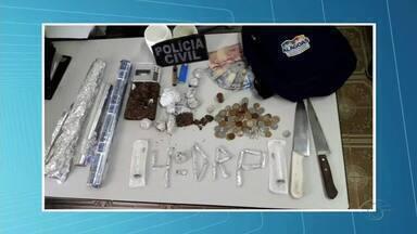 Operação policial prende 3 pessoas e apreende um adolescente em Arapiraca - Eles são suspeitos de traficar drogas na porta de uma escola no Agreste.