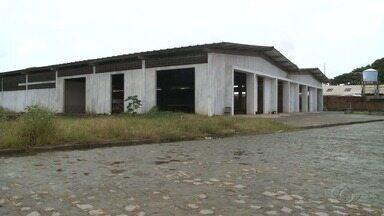 Com obras paralisadas, Centro Pesqueiro no Jaraguá ainda não foi entregue - Pescadores cobram uma solução.