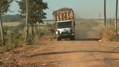 Moradores de Bebedouro protestam contra passagem de caminhões de cana - Por causa dos veículos pesados, muitas casas no bairro Jardim São Carlos estão com rachaduras e o asfalto está estragado.