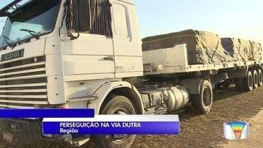 Três criminosos morrem em acidente durante fuga pela contramão na Dutra - Suspeitos fugiam da polícia após tentativa de roubo em São José dos Campos; eles bateram de frente com caminhão na altura do km 123 em Caçapava.