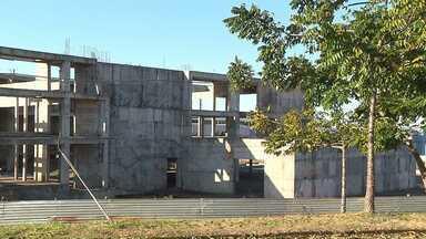 Obras paradas do Teatro Municipal de Londrina não tem prazo para retomada - A primeira fase das obras foi concluída, mas a prefeitura aguarda a aprovação das contas pelo Ministério da Cultura e a liberação de mais verbas para retomar a construção.
