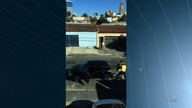 Motorista tenta atropelar agente da SMT durante briga em Goiânia - Servidor tentava impedir que condutor entrasse no veiculo e fugisse.