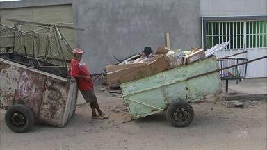 Moradores tentam recuperar material após incêndio que destruiu depósito em Fortaleza - Moradores tentam recuperar material após incêndio que destruiu depósito em Fortaleza