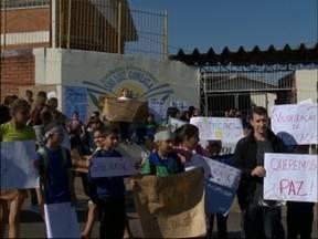 Alunos e professores protestam por mais segurança em Passo Fundo, RS - Filho de professora do Ciep São Luiz Gonzaga foi levado por bandidos ontem (31)