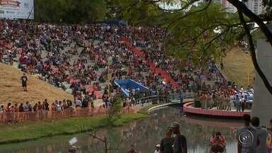 Bauru festeja seus 121 anos com festa no Vitória Régia - Os 121 anos de Bauru foram lembrados nesta terça-feira (1º) com festa no parque Vitória Régia. Além de aproveitar o feriado, as famílias também puderam tirar dúvidas sobre TV digital.
