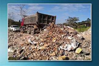 Polícia Ambiental flagra descarte irregular de resíduos em Suzano - Apreensão de caminhão basculante foi no bairro Caulim.
