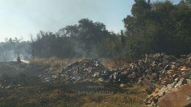 Incêndio em vegetação assusta moradores de Foz do Iguaçu - A queimada foi no bairro Dom Giovani e atingiu vários terrenos. O fogo chegou próximo da casa de alguns moradores.