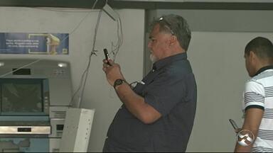 Criminosos explodem caixa eletrônico de agência bancária em Flores - Homens estavam armados com fuzis e efetuaram vários disparos de armas de fogo pela cidade, diz PM.