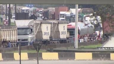 Caminhoneiros bloqueiam acesso ao Porto de Santos e à Anchieta - Eles aderiram a manifestação nacional da categoria.