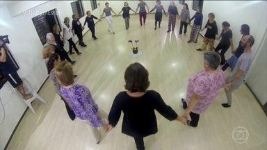 Dança circular funciona como uma espécie de meditação em movimento - Fazer um círculo, dar as mãos e dançar sem se preocupar com a coreografia. A dança circular é uma atividade feita em grupo que funciona como uma meditação em movimento.