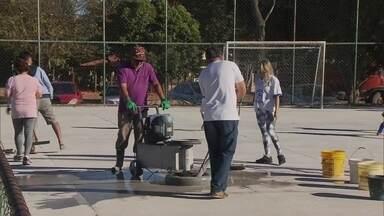 Pais e moradores se unem para reformar quadra de esporte em Samambaia - A quadra de esporte é para criançada poder participar de um projeto social de futebol de salão.