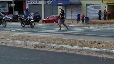 Problemas em uma das principais vias de Petrolina oferece perigos a pedestres e motoristas - Avenida 7 de Setembro está sem sinalização e o asfalto não está bem conservado.