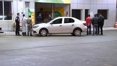 Troca de tiros mata suspeito de roubo e deixa policial ferido em Goiânia - Agente, que estava à paisana, foi socorrido e já teve alta. Já um menor, também baleado, segue internado em estado grave; terceiro envolvido foi preso.