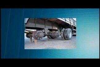 Carretas tiveram rodas e pneus roubadas na BR-381 em Oliveira - Os veículos estavam estacionados em um posto de combustíveis. Durante a madrugada os criminosos roubaram 12 pneus.