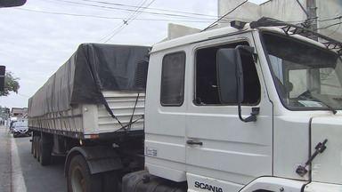 Polícia apreende 1 tonelada de maconha em Santos - Entorpecente estava escondido em um caminhão de soja.
