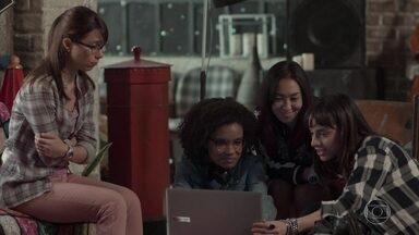 Benê reclama do espaço de Guto no clipe das meninas - Lica elogia a beleza do rapaz e deixa a amiga sem graça