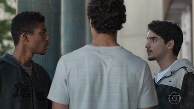 Tato confessa seu segredo a Anderson e Felipe - O rapaz revela que não é o pai biológico de Tonico e deixa os amigos boquiabertos