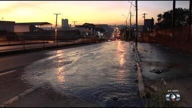Vazamento de esgoto escorre pela Avenida Anhanguera, em Goiânia - Problema pode atrapalhar o trânsito na região.
