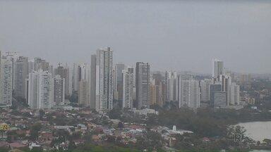 Volta a chover em Londrina após 40 dias de estiagem - Foi uma chuva fraca, pouco mais de um milímetro. Amanhã o sol já volta a aparecer e faz frio.