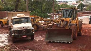 Obras do Arco Leste de Londrina são bloqueadas - O dono de uma chácara por onde vai passar uma avenida do Arco Leste impediu nesta quinta-feira a continuidade das obras. Ele alega que a prefeitura de Londrina não cumpriu um acordo feito com ele.
