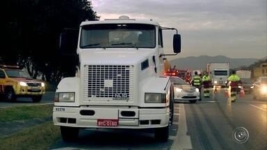 Caminhão carregado com óleo pega fogo na rodovia Anhanguera em Jundiaí - Um caminhão carregado com óleo para indústria plástica pegou fogo na manhã desta quinta-feira (3), na rodovia Anhanguera, em Jundiaí (SP).