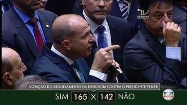 """Deputados federais votam pelo arquivamento das denúncias contra Michel Temer - Dos 43 parlamentares do RJ, 23 votaram """"não""""."""