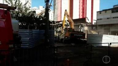 Última parte de estrutura de mercado que pegou fogo em Petrópolis é derrubada nesta quinta - Demolição mobilizou Corpo de Bombeiros, Defesa Civil, Guarda Municipal e Polícia Militar.
