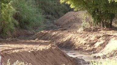Operação para limpeza de rios e córregos é realizada em Três Rios - Trabalho faz parte do projeto Cidade Limpa.