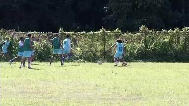Após derrota no primeiro turno, Angra dos Reis treina para vaga na Série B2 do Carioca - Apesar da boa campanha, time perdeu na semifinal e busca espaço no segundo turno da competição.