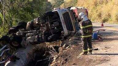Matias Barbosa monitora água do Rio Paraibuna após acidente com caminhão de álcool - BR-267 segue interditada em Juiz de Fora. Caminhão será retirado na sexta-feira (4).