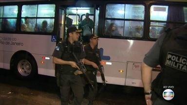 Policiais da Operação Onerat revistam ônibus que passam próximos à Grajaú-Jacarepaguá - Os ônibus que passam pelas imediações da Grajaú-Jacarepaguá estão sendo vistoriados pelos policiais que estão na Operação ONerat. A estrada foi interditada por volta das 5h15.