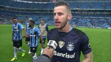 """Paulo Victor fala sobre estreia no Grêmio pegando pênalti: """"Momento especial"""" - Gaúchos vencem e seguem em segundo lugar, a oito pontos do líder, Corinthians."""