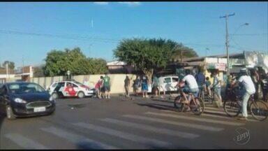 Carro tomba em cruzamento próximo à rodoviária de Pradópolis, SP - Acidente ocorreu entre as ruas Coronel Junqueira e Santo Antônio, mas ninguém se feriu.