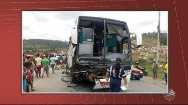 Três irmãos morrem em acidente entre carro e ônibus no sudoeste do estado - O acidente foi na BR-330, perto de Jitaúna.