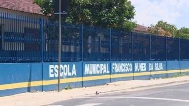 Mulher é detida após dar tapa em mesária em seção eleitoral na Zona Leste de Manaus - O motivo da agressão não foi informado pela polícia. Caso aconteceu em escola durante eleição suplementar para Governador do Amazonas.