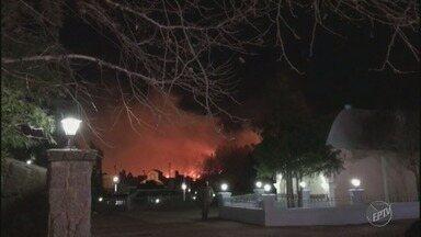 Incêndio atinge mata ao lado do Hopi Hari durante a reinauguração do parque em Vinhedo - Chamas foram controladas por equipe de brigadistas do parque. Ninguém se feriu e as causas do fogo não foram divulgadas.