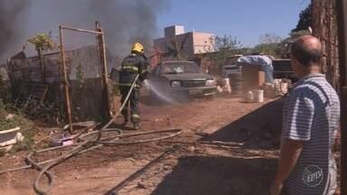Incêndio atinge depósito de materiais recicláveis no Matão, em Sumaré - Bombeiros foram acionados para controlar o fogo. Ninguém ficou ferido.