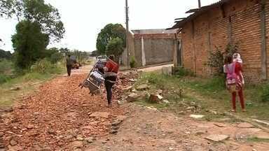 Moradores reclamam de buracos em ruas de Marília - Moradores de Marília reclamam da falta de infraestrutura no asfaltamento de várias ruas da cidade. A prefeitura alega que está buscando parcerias para resolver os problemas.