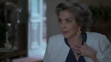 Elvira afirma que não vai descansar enquanto não colocar assassina de seu marido na cadeia - Garcia diz que a namorada e Heleninha têm muita coisa em comum