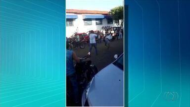Diretor e ex-aluno brigam na porta de uma escola em Araguaína; veja vídeo - Diretor e ex-aluno brigam na porta de uma escola em Araguaína; veja vídeo