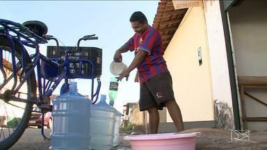 Moradores de bairro de São Luís estão há dias sem água - No bairro Village do Cohatrac V, em São Luís, os moradores reclamam que está faltando água desde o fim de semana. Problema no abastecimento representa trabalho extra nas casas.