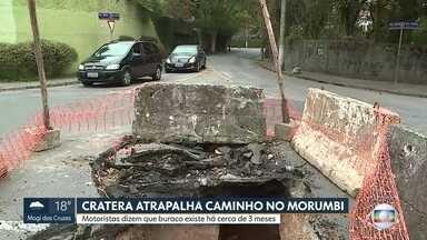 Cratera atrapalha trânsito em cruzamento no Morumbi - A cratera fica na esquina entras as ruas Otávio Mangabeira e Armando Trampowski. Segundo motoristas, a cratera se formou há três meses.