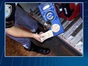 Polícia Militar Rodoviária apreende notas falsas dentro de caixa de som - Flagrante aconteceu em Presidente Epitácio.
